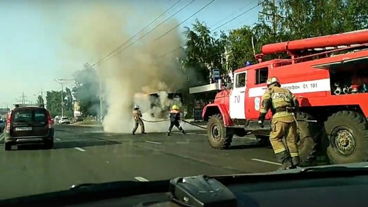 Вспыхнул на остановке: в Тольятти сгорел пассажирский автобус