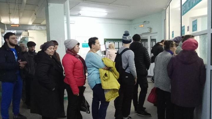 Из-за технического сбоя в поликлинике на Киренского собралась огромная очередь