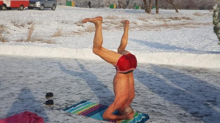 Ледяная йога и лохматая прорубь: публикуем яркие кадры крещенских купаний со всей страны
