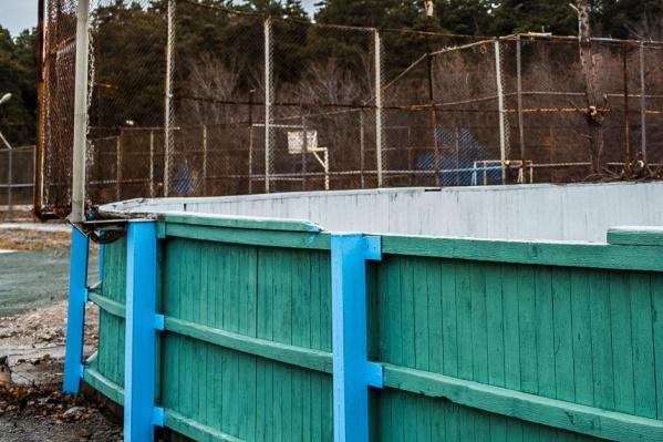 Металлические ворота должны были убрать с хоккейного корта на лето, но почему-то этого не сделали