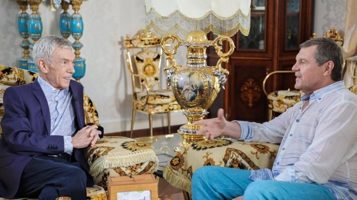 Бард Александр Новиков показал свою московскую квартиру, покрытую золотом
