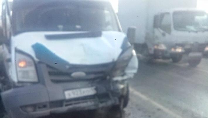 На светофоре в Челябинске маршрутка врезалась в Land Rover