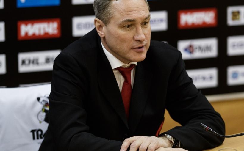 Перед отлётом в Финляндию главный тренер успел пообщаться и с челябинскими журналистами