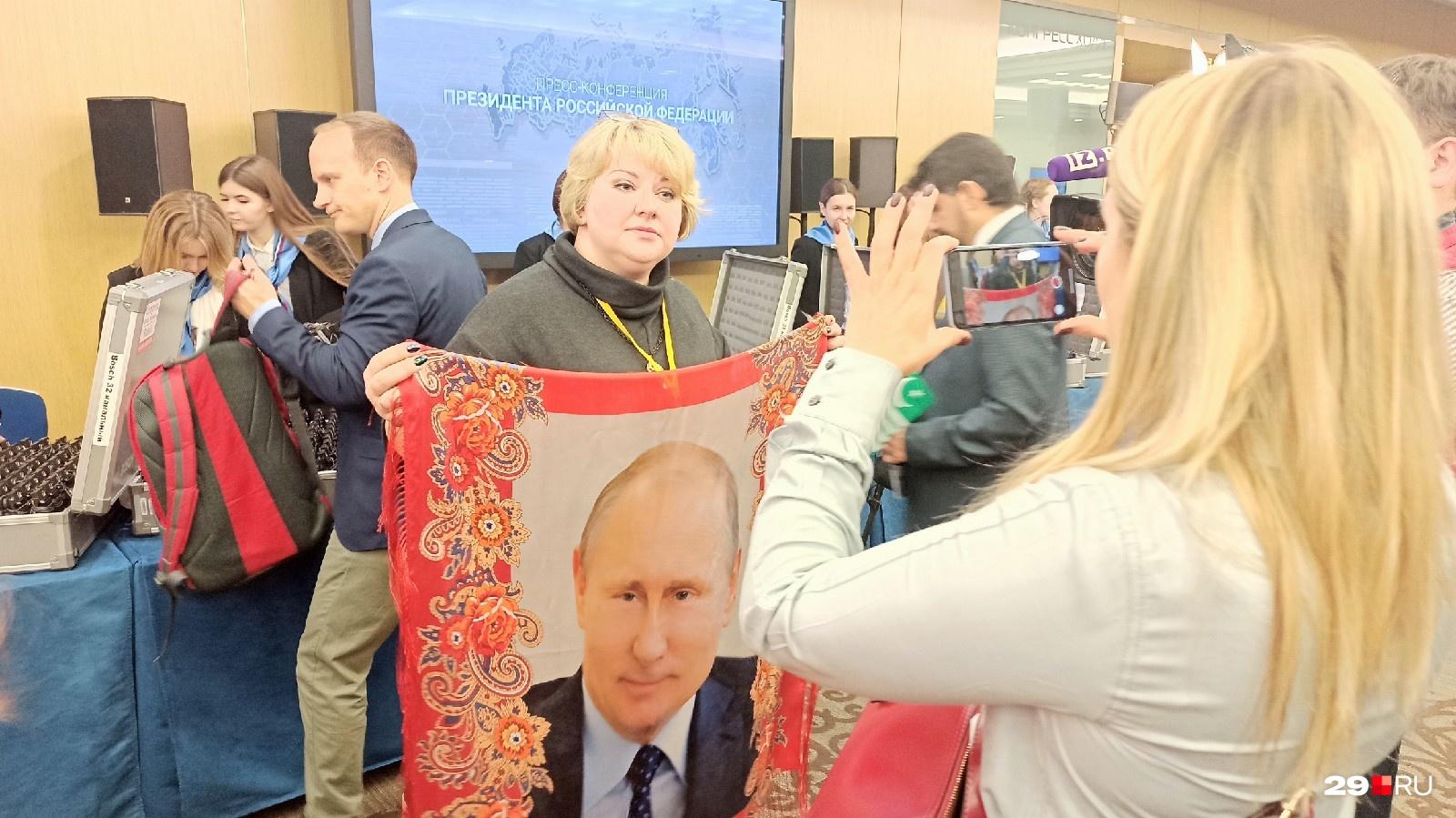 Ну как тут не вспомнить Якубовича?Журналистка из Павловского Посада Анна Сумица привезла президенту вот такой платок