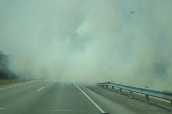 Из-за окутавшего автодорогу дыма видимость резко ухудшилась
