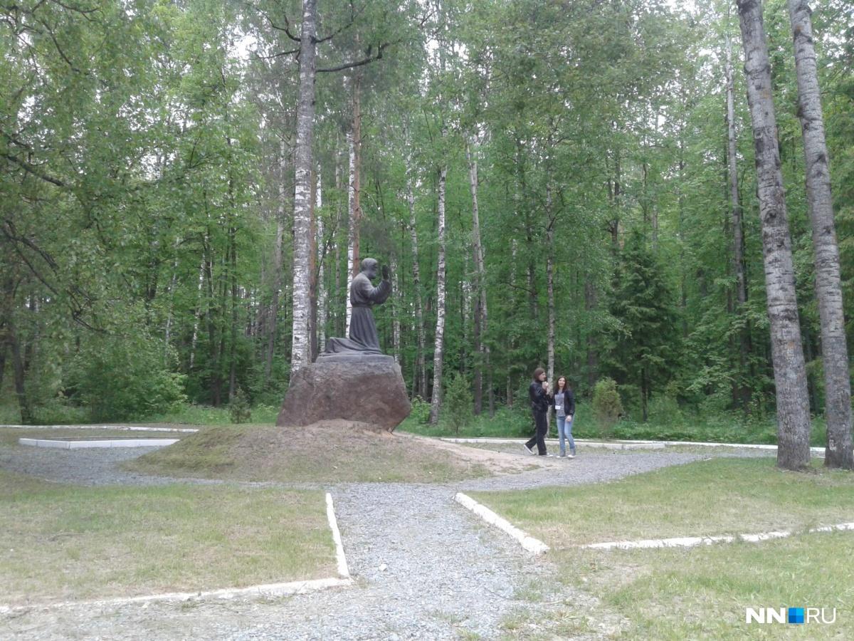 Памятник Серафиму Саровскому через дорогу.