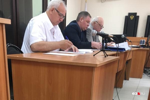 Павел Чермашенцев (в середине) явился в суд в сопровождении двух защитников