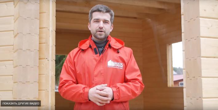 Алексей Поляков рекламировал компанию Романа Сидельникова на своем YouTube-канале. На брендированной ветровке можно прочитать слоган «КСК Групп» — «Счастье можно построить»