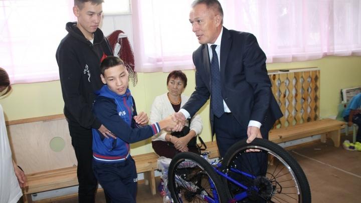 В Башкирии чиновник подарил ребенку-инвалиду велосипед