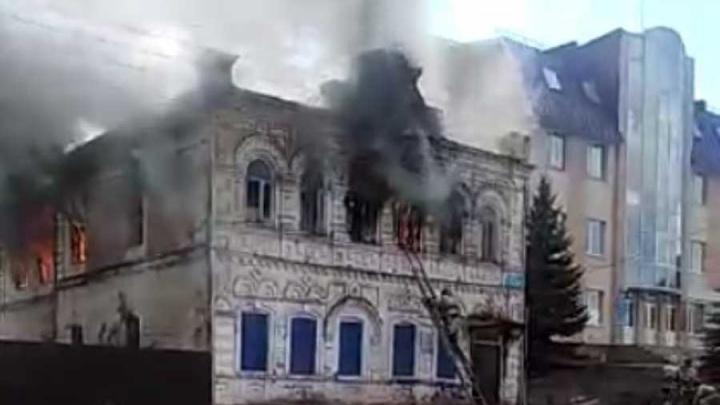 Прощай, гостиница Кузнецова: в Башкирии сгорел памятник архитектуры, пожар сняли на видео