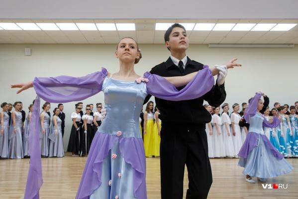 Сотни школьников почти год оттачивали движения венского вальса