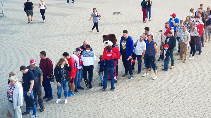 Ради встречи с игроками «Локомотива» болельщики выстроились в гигантскую очередь