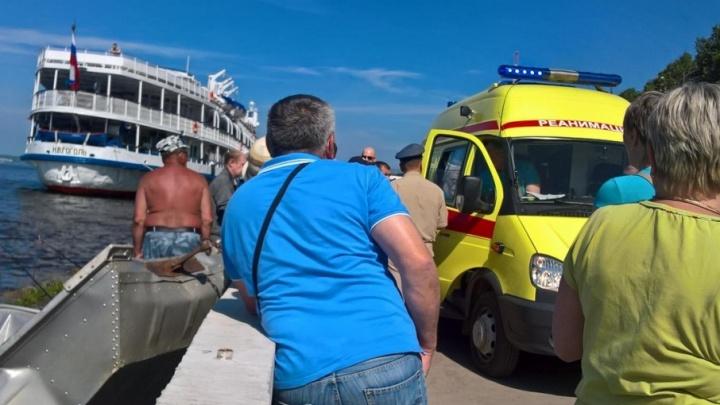 Один мужчина выбрался из воды, второго ищут: в Перми моторная лодка врезалась в набережную