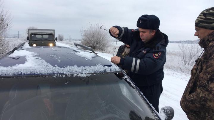 Донские полицейские помогли водителю, замерзавшему возле собственного автомобиля на обочине