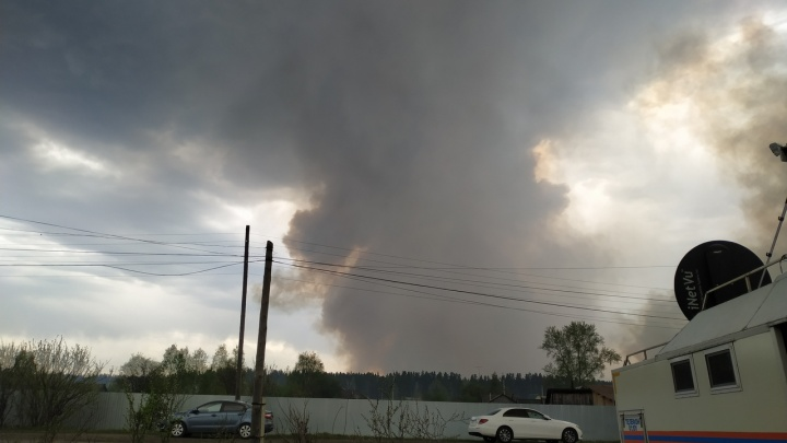 У села Иковка в Кетовском районе горят торфяники: дым дошел до Кургана