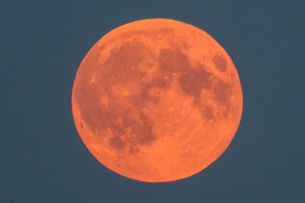 Полное лунное затмение, также называемое «красной Луной», бывает два-три раза в год