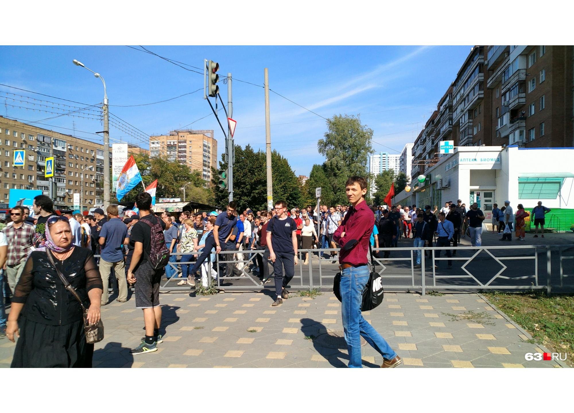 Протестующие шли по тротуарам