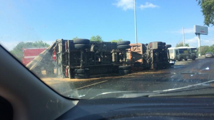 Занесло на повороте: пьяный водитель на Троицком тракте опрокинул грузовик с песком