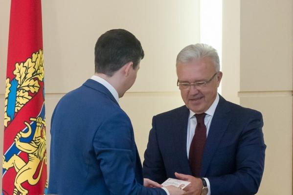 Александру Уссу вручили удостоверение кандидата в губернаторы