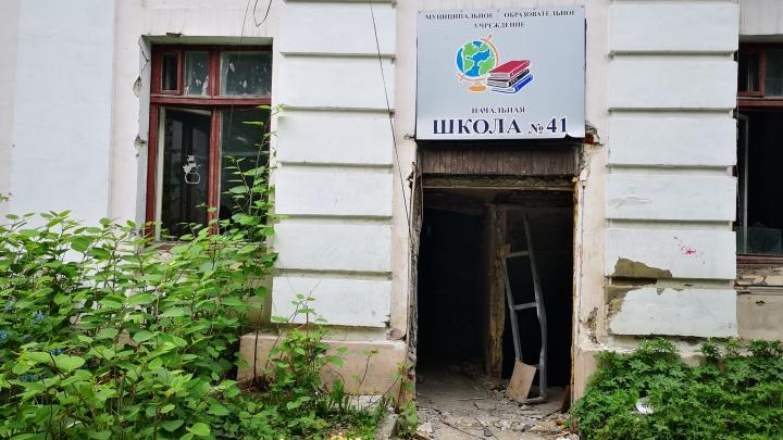 «Вынесли из здания все, что смогли»: закрытую на реконструкцию школу на ВИЗе оккупировали бомжи