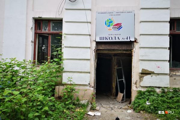 Школу закрыли на реконструкцию в сентябре 2018 года, но она так и не началась
