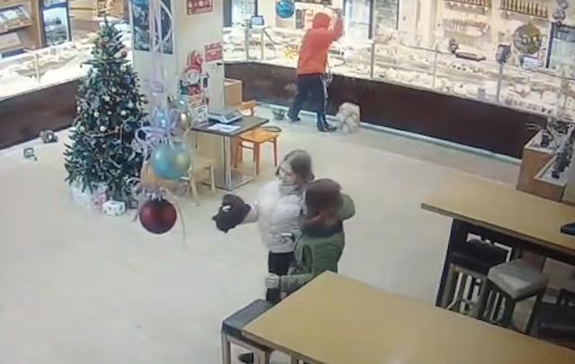 Все бросились к выходу: опубликовано видео погрома в кулинарии Волгограда