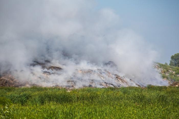 В районе крупного пожара на свалке дым стоит столбом