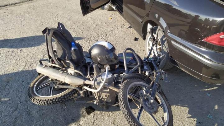 В Кургане мопед врезался в легковушку. Водитель мопеда ехал по закрытой для ремонта полосе дороги