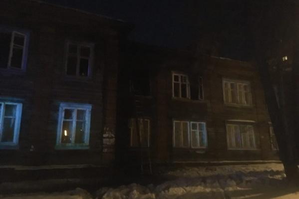 Насколько сильно в пожаре пострадал дом, пока неизвестно, но две квартиры на втором этаже не пригодны сейчас для жизни