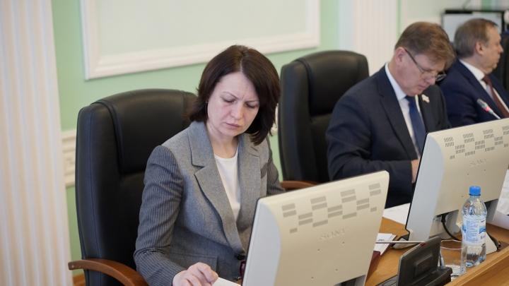 Шести окладов в год мало: горсовет снял ограничения по премиям для чиновников