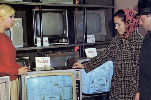 Секция «Телевизоры» в местном универмаге, 1974 год. Тогда на телевизор стоимостью 300–400 рублей горожанину с зарплатой в 120 рублей в месяц приходилось копить долго, очень долго<br>