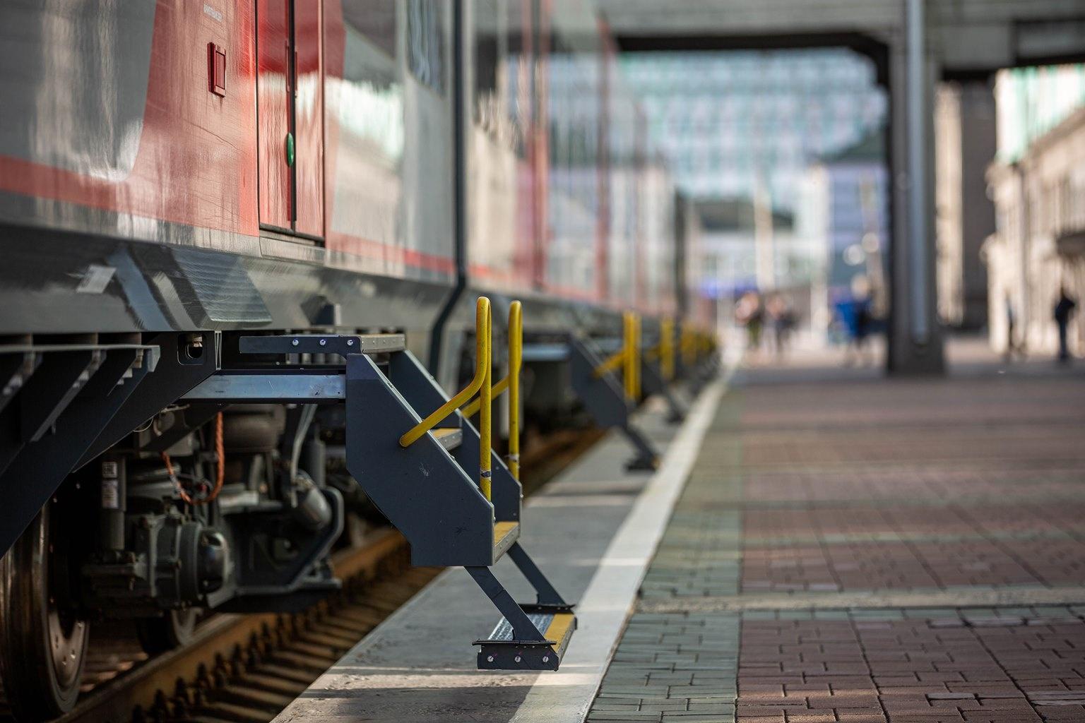 В каждом вагоне по две автоматические раздвижные двери на каждой стороне. Пассажиров встречает выдвигающаяся лестница — первая ступенька как раз достаёт до перрона