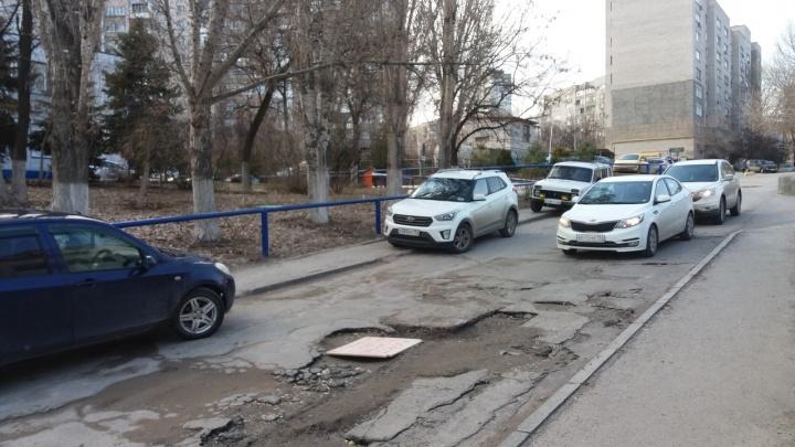 """«Какие """"Концессии"""" — такие и дороги»: волгоградцы подарили дорожные ямы на Пархоменко коммунальщикам"""