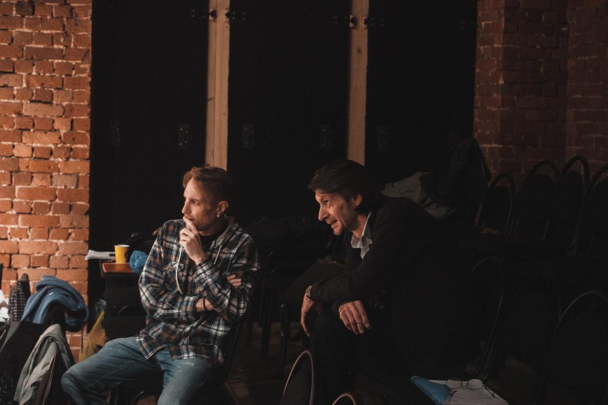 Репетиции спектакля идут по ночам — только в это время Александр Сучков (слева) может собрать всех участников процесса