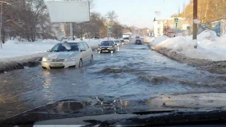 «Кипятком затопило рельсы»: в Самаре под водой оказались дороги в нескольких кварталах
