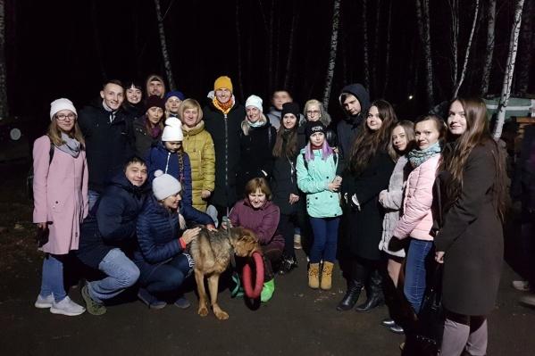 Виталий Гиберт (на фото в оранжевой шапке) выступал в Новосибирске и заодно заехал в приют для собак в Академгородке