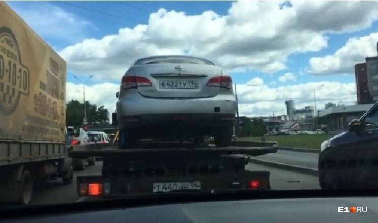 Автомобиль эвакуировали из-за того, что у девушки, которая устроила на нем ДТП, не было водительских прав