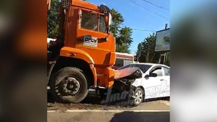 В Ростове КАМАЗ вылетел на встречку и врезался в легковой автомобиль