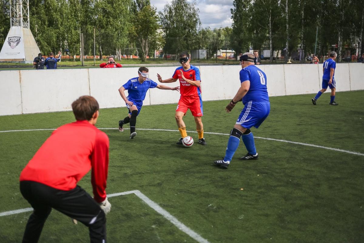 Мини-футбол вслепую. Незрячие спортсмены гоняли мяч на «Северном»