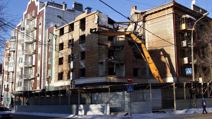 В тихом центре начали с грохотом ломать пятиэтажный жилой дом
