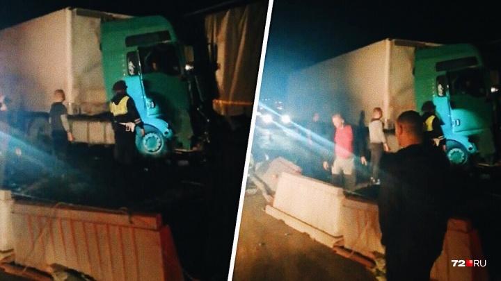Ночью на тюменской трассе MAN врезался в КАМАЗ и протаранил легковую Volvo