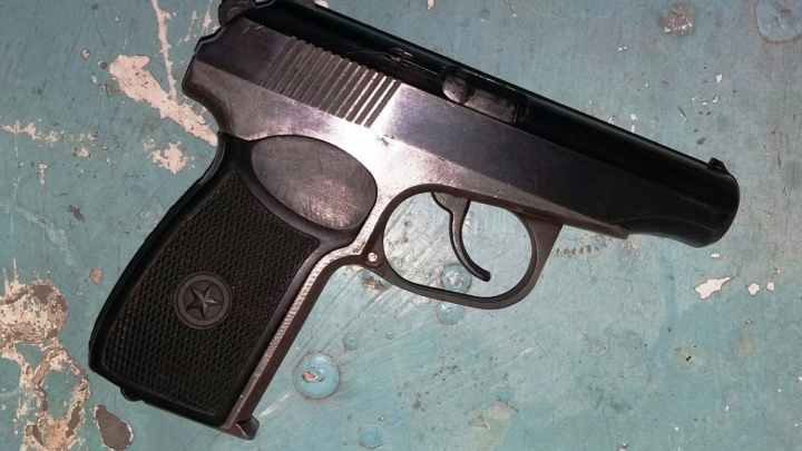 На левобережье омичка нашла пистолет в подъезде девятиэтажки