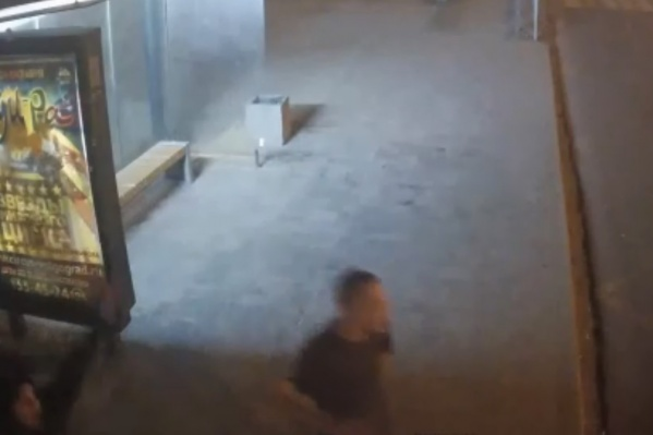 За несколько секунд до происшествия камера поймала предполагаемых обидчиков