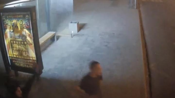 В Волгограде неизвестные залезли на столб и расправились с дорожной камерой