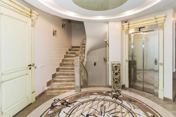 Думаете это коридор многоквартирного дома? Нет, это переход между уровнями одной квартиры, в которую ведёт собственный лифт. Отсюда же можно попасть на паркинг