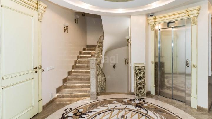 С собственным лифтом, бассейном и видом на набережную. В Тюмени продают квартиру за 40 миллионов