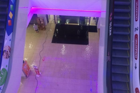 Первый этаж магазина по щиколотку ушел под воду