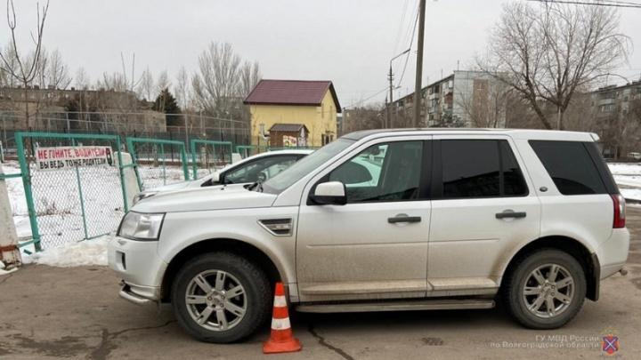 В Волжском премиальный внедорожник сбил ребенка возле школы