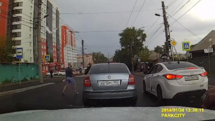 Водители устроили драку у светофора на проблемном участке улицы Киренского