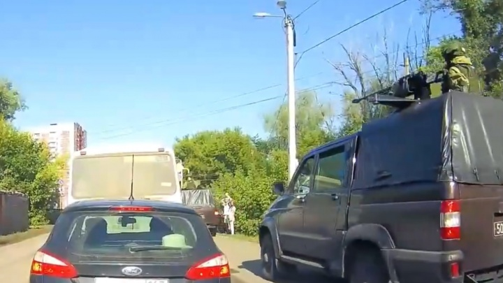 «Объезжали пробку?»: самарец снял на видео, как военные машины ездят по тротуару